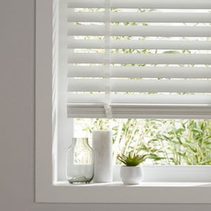 Lone White Woodgrain effect PVC Venetian Blind (W)120cm (L)180cm